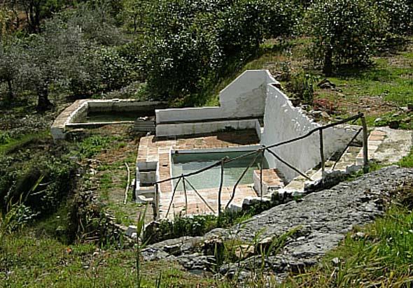Baños Romanos De La Hedionda:Fuente y Baños de la Hedionda (A Vela Torres, febrero 2011)